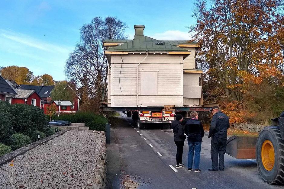 Servicetekniker flyttar hus